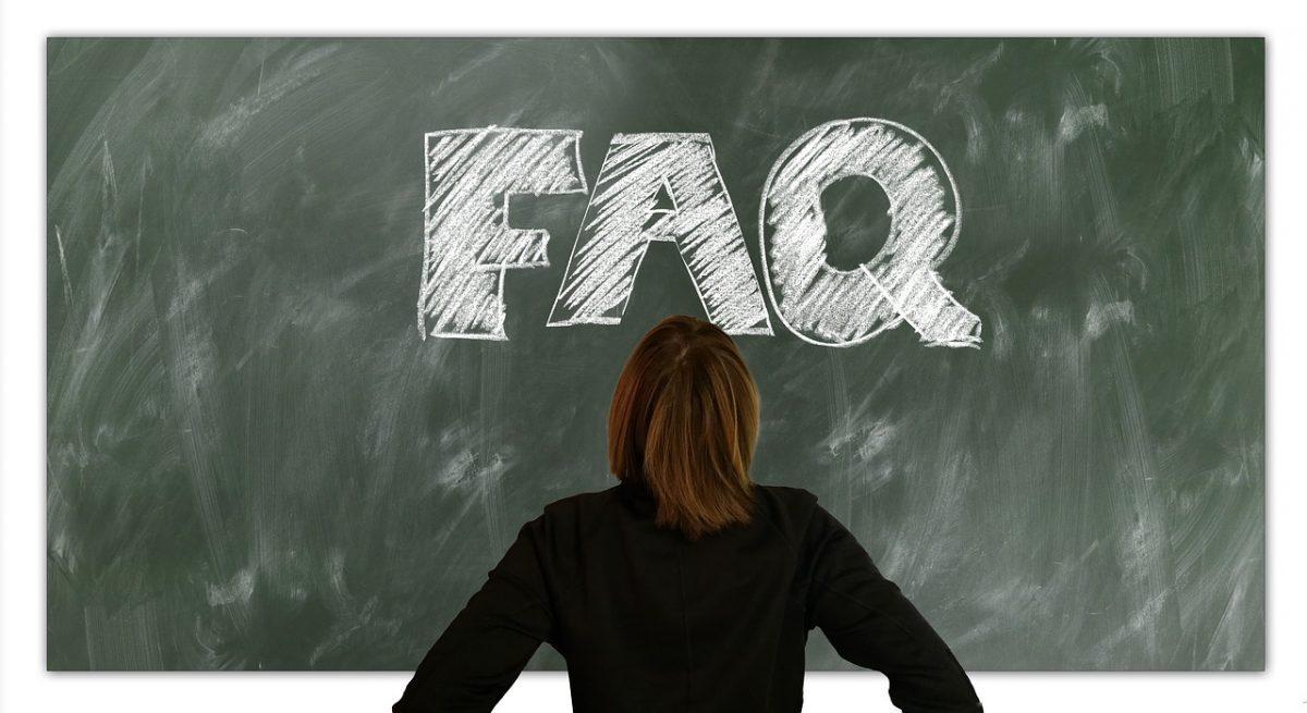 FAQ écrit à la craie sur un tableau (CC0).