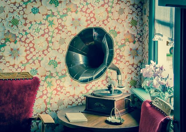 Gramophone sur une table.